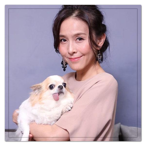 犬を抱っこして微笑む杉本彩