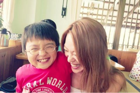 今井絵理子、前向きな子育てに手話を覚える 今回の不倫疑惑で息子に与える影響は?